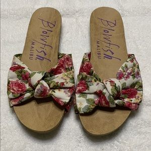 Blow fish sandals with bow